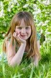 Meisje op witte bloemen als achtergrond van vogelkers Royalty-vrije Stock Foto's