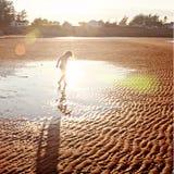 Meisje op zandstrand stock afbeelding