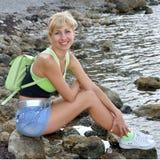 Meisje op zeekust royalty-vrije stock afbeelding
