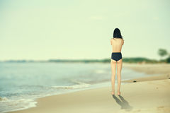Meisje op zonnige overzees Stock Foto's