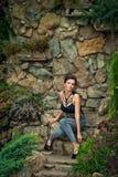 Meisje in openlucht in de zomerkleding 2 Stock Foto