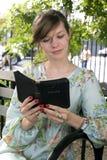 Meisje in openlucht met Bijbel Royalty-vrije Stock Afbeelding