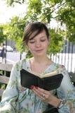 Meisje in openlucht met Bijbel Stock Fotografie