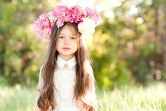Meisje in openlucht met bloemen stock foto