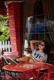 Meisje in openluchtkoffie Stock Fotografie
