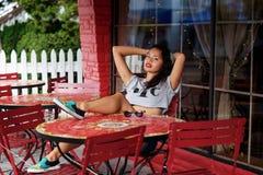 Meisje in openluchtkoffie Royalty-vrije Stock Foto's
