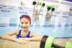 Meisje opleiding in de pool stock fotografie