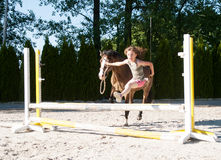 Meisje opleiding die met poney springen Stock Foto's