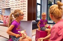 Meisje in opticienwinkel Stock Foto's