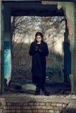 Meisje in oud huis Stock Foto