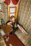 Meisje in oude vervoertrein Stock Foto's