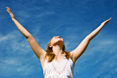 Meisje over blauwe hemel Stock Fotografie