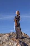 Meisje in overlegkleding, die de viool spelen royalty-vrije stock afbeelding