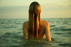 Meisje in overzeese golven Stock Fotografie