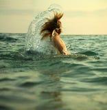 Meisje in overzeese golven royalty-vrije stock afbeelding