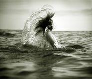 Meisje in overzeese golven Stock Foto