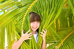 Meisje in palm stock afbeelding
