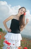 Meisje in papavers royalty-vrije stock afbeelding