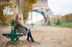 Meisje in Parijs op een dalingsdag stock fotografie