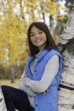 Meisje in park op de herfstdag. royalty-vrije stock afbeelding