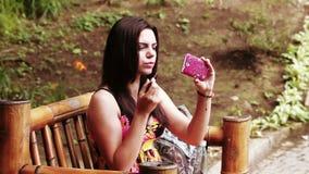 Meisje in parklippenstift stock videobeelden