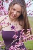 Meisje in perziktuin Stock Fotografie