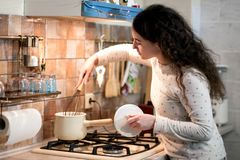 Meisje in pijama in de keuken Stock Foto