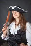 Meisje in piraathoed met in hand pistool Royalty-vrije Stock Afbeeldingen