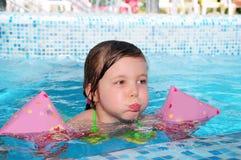 Meisje in pool stock foto's