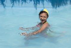 Meisje in pool Stock Afbeeldingen