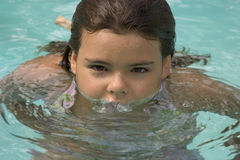 Meisje in pool royalty-vrije stock afbeeldingen