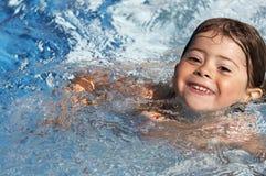 Meisje in pool stock fotografie