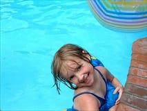 Meisje in pool stock afbeelding