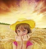 Meisje portait op het tarwegebied Stock Afbeeldingen