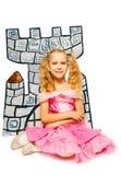 Meisje in prinseskleding en haar kartonkasteel Stock Foto