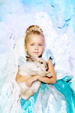 Meisje in prinseskleding op een achtergrond van een de winterfee Royalty-vrije Stock Foto's