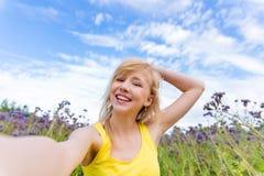 Meisje in purpere bloemen in openlucht in de zomer Royalty-vrije Stock Foto's
