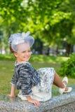 Meisje in purpere bloemen in openlucht in de zomer Royalty-vrije Stock Foto