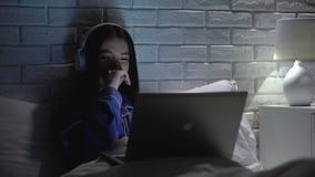 Meisje in pyjama's die het letten op drama schreeuwen, die zich over karakters van reeks ongerust maken stock footage