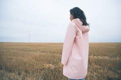 Meisje in regenjas Het meisje van het de herfstportret hipster in een laag Stock Fotografie