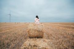 Meisje in regenjas Het meisje van het de herfstportret hipster in een laag Royalty-vrije Stock Foto's