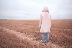 Meisje in regenjas Het meisje van het de herfstportret hipster in een laag Royalty-vrije Stock Foto