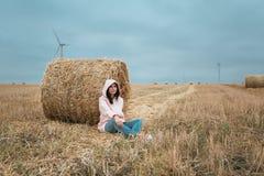 Meisje in regenjas Het meisje van het de herfstportret hipster in een laag Royalty-vrije Stock Fotografie