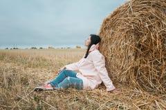 Meisje in regenjas Het meisje van het de herfstportret hipster in een laag Stock Foto's