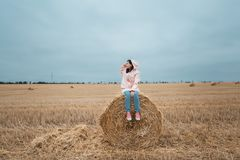 Meisje in regenjas Het meisje van het de herfstportret hipster in een laag Stock Foto