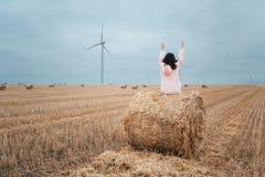 Meisje in regenjas Het meisje van het de herfstportret hipster in een laag Handen omhoog Royalty-vrije Stock Afbeeldingen