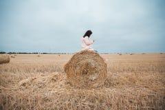 Meisje in regenjas Het meisje van het de herfstportret hipster in een laag Het meisje maakt foto door slimme telefoon Royalty-vrije Stock Foto