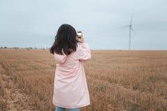 Meisje in regenjas Het meisje van het de herfstportret hipster in een laag het meisje neemt beelden van aard Stock Foto