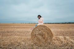 Meisje in regenjas Het meisje van het de herfstportret hipster in een laag Vrouw die Telefoon met behulp van Stock Afbeelding