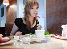 Meisje in restaurant Royalty-vrije Stock Afbeeldingen